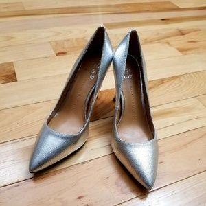 NWOT-Banana Republic Cracked Silver Leather Pumps